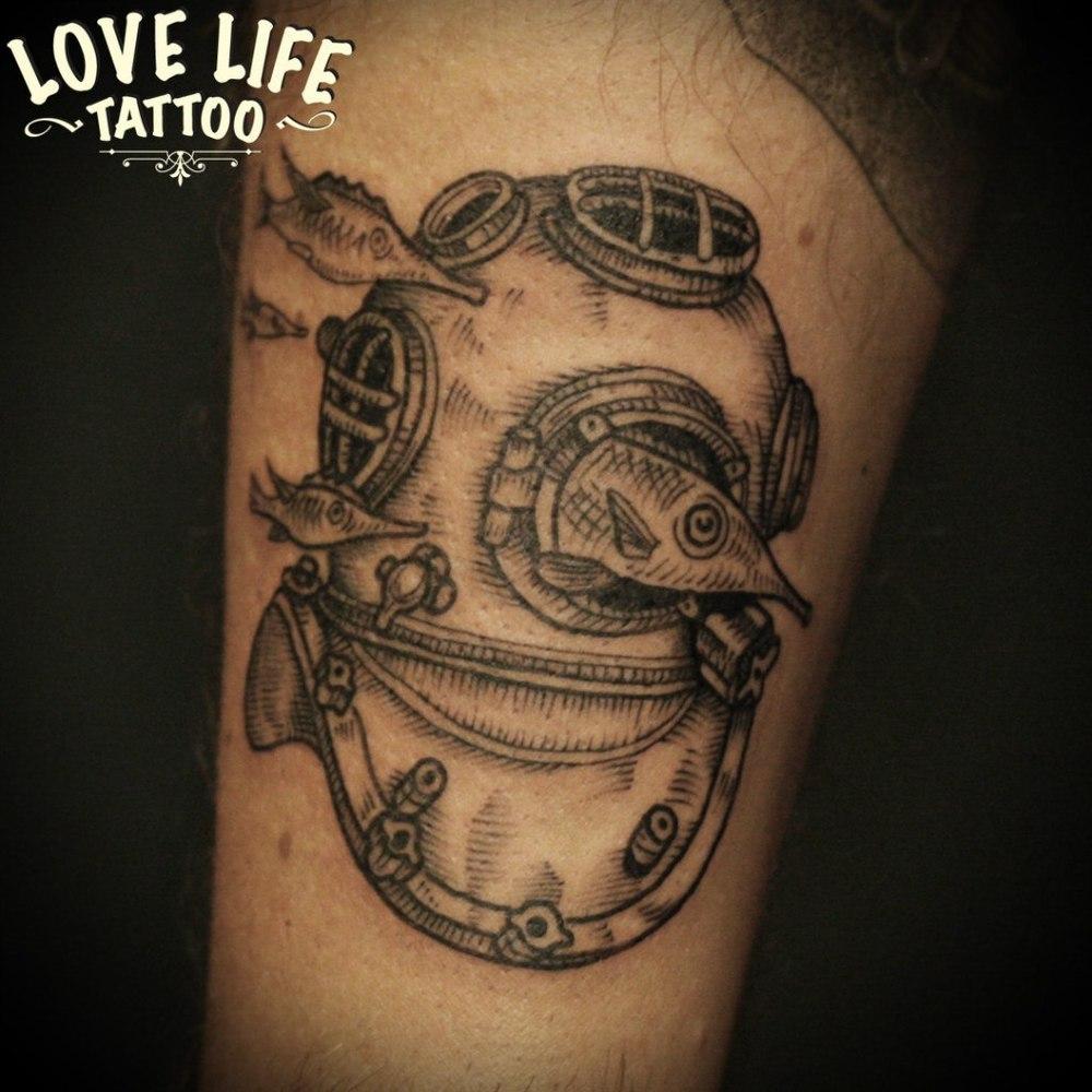 татуировка шлема с рыбой