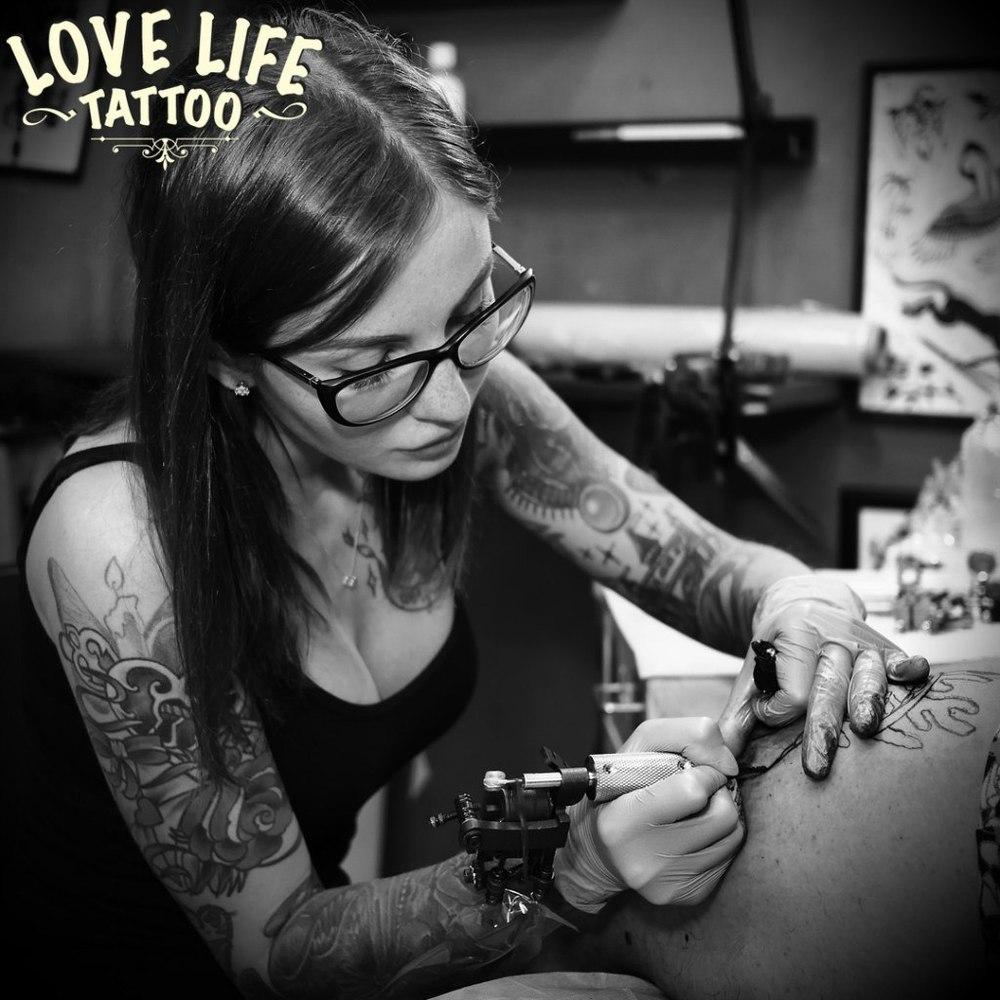 мастер татуировки Дарья Данилина за работой