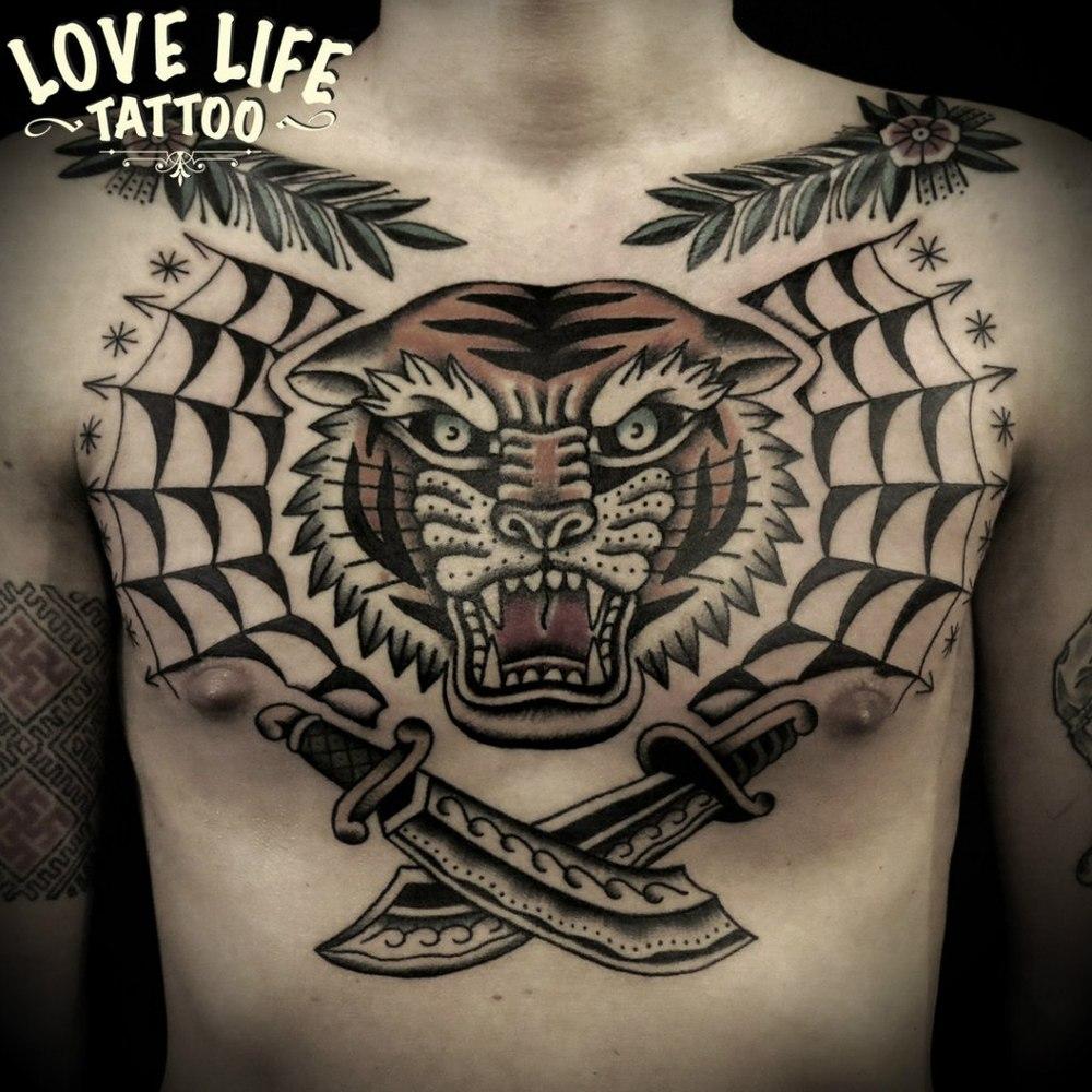 татуировка тигра на груди в традиционной стилистике