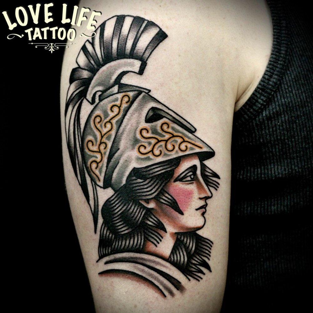 татуировка девушки в шлеме