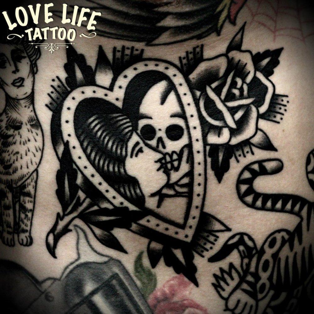 татуировка девушки со смертью