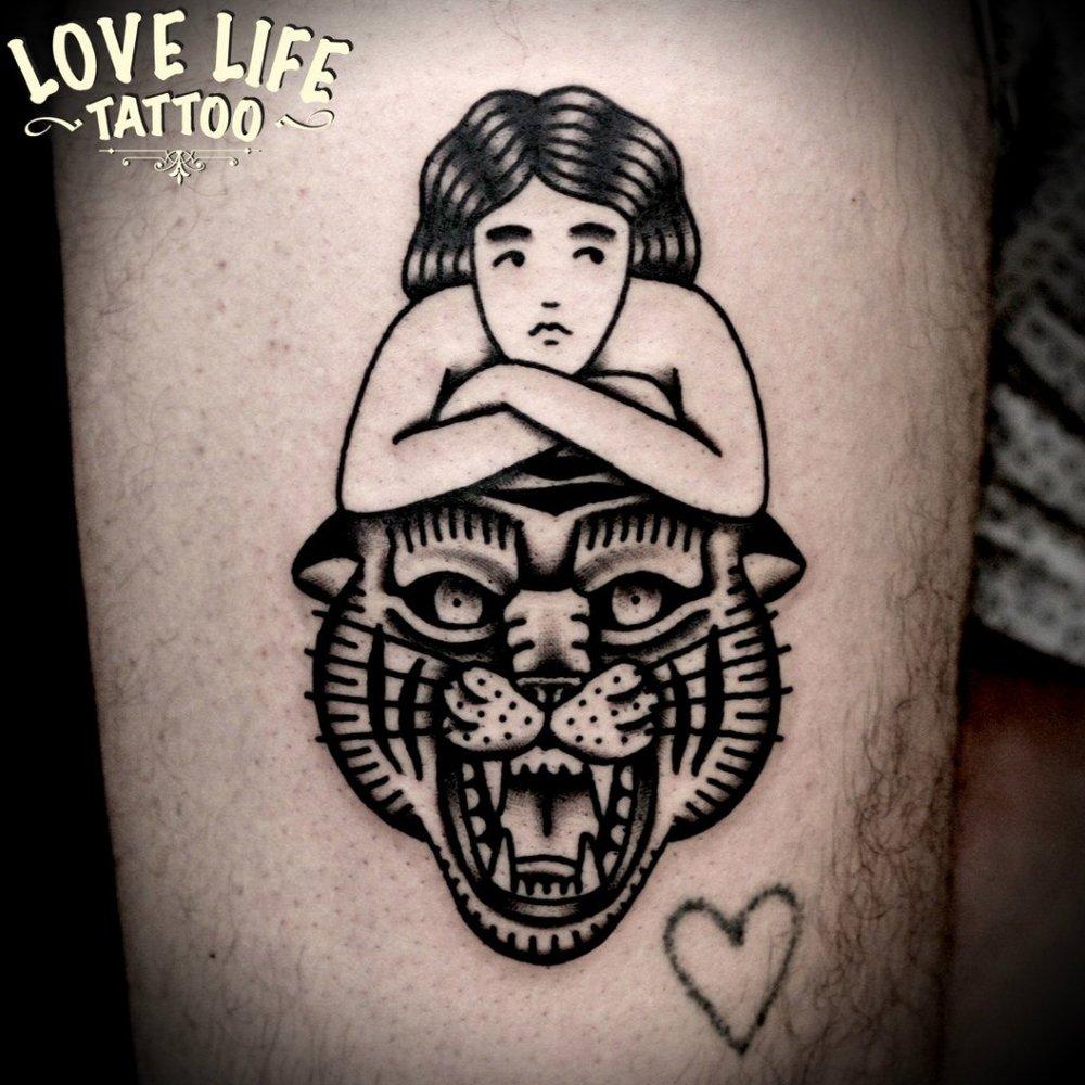 татуировка девушки с тигром
