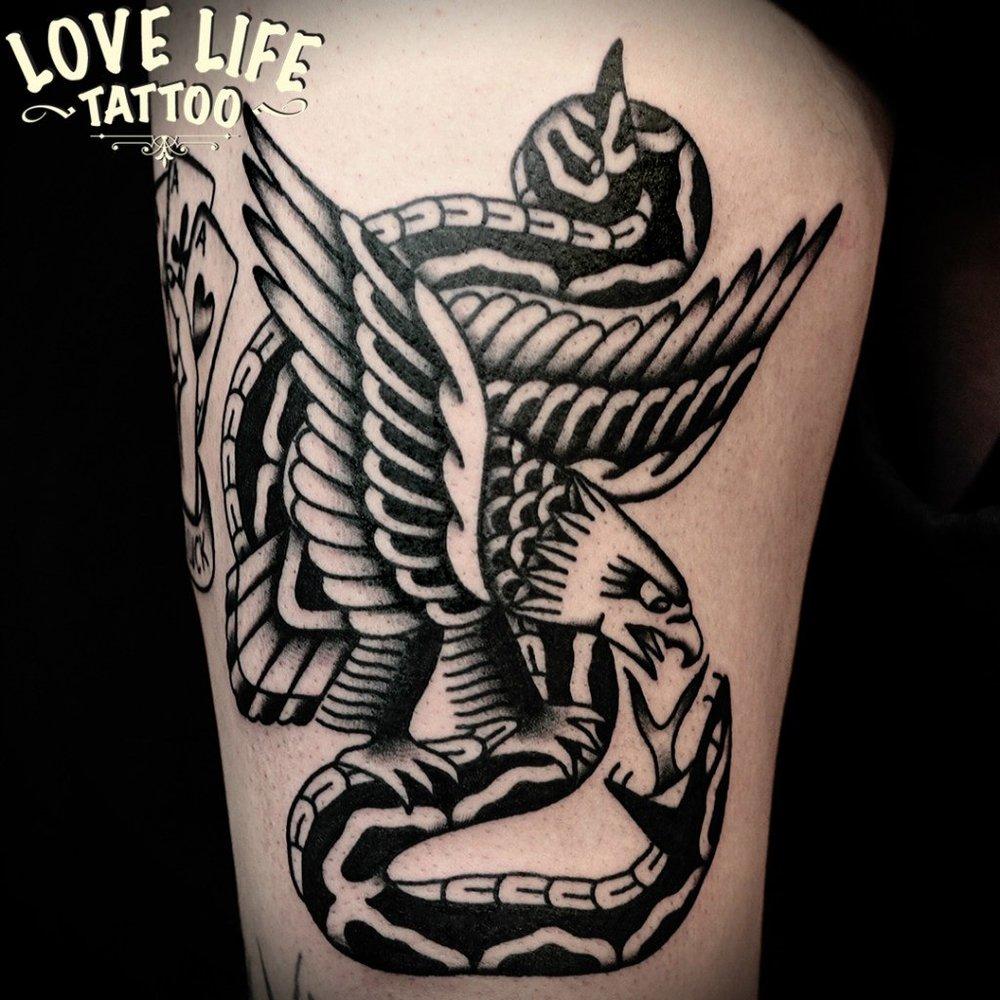 татуировка орла со змеей