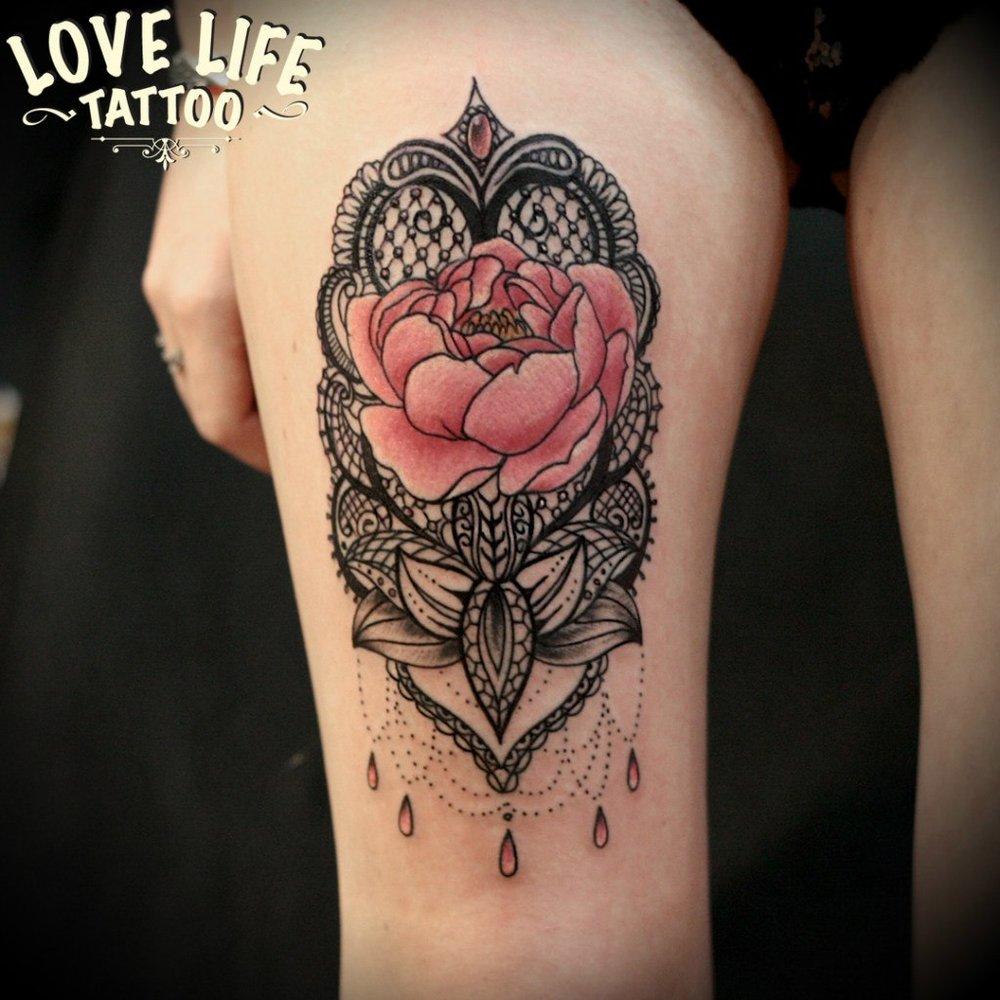 татуировка цветка с узором
