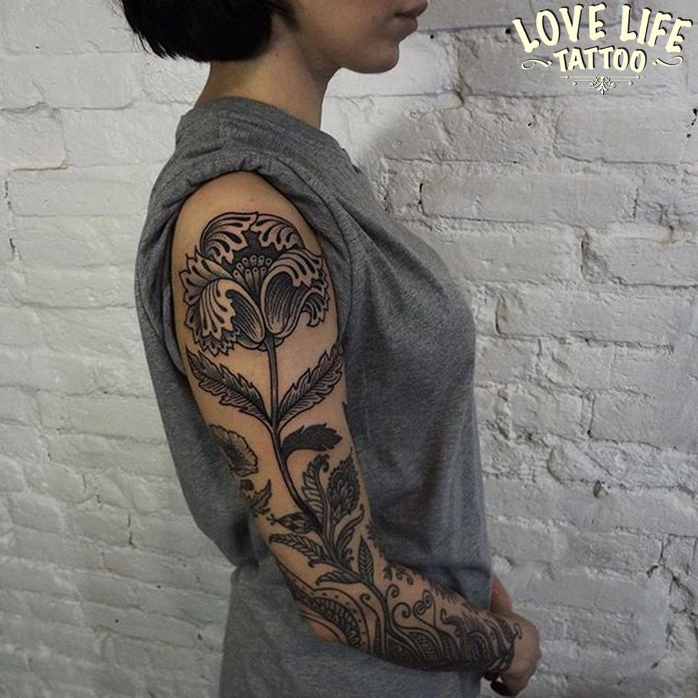 татуировка цветка на руке