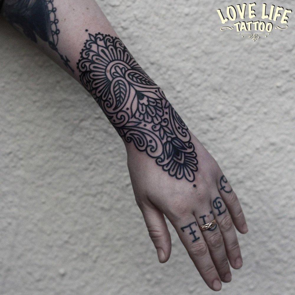 татуировка узора на запястье