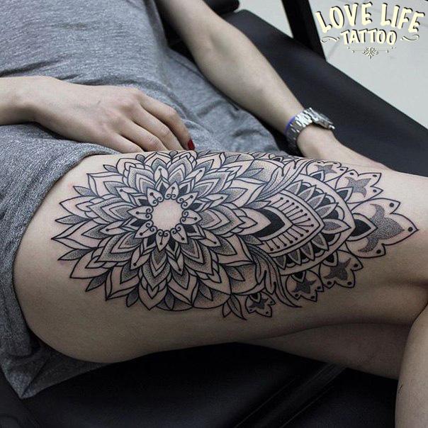 татуировка мандалы с узором на бедре