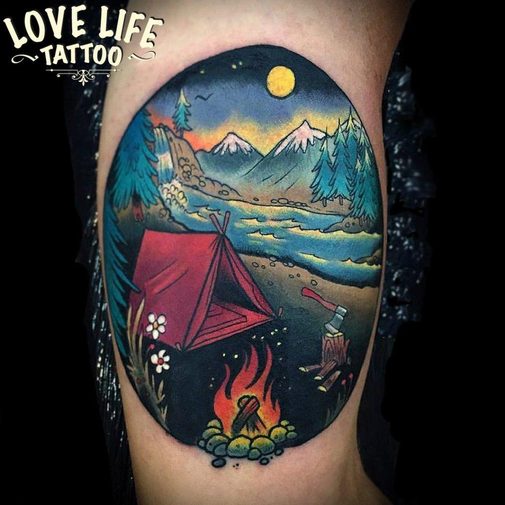 татуировка палатки с костром