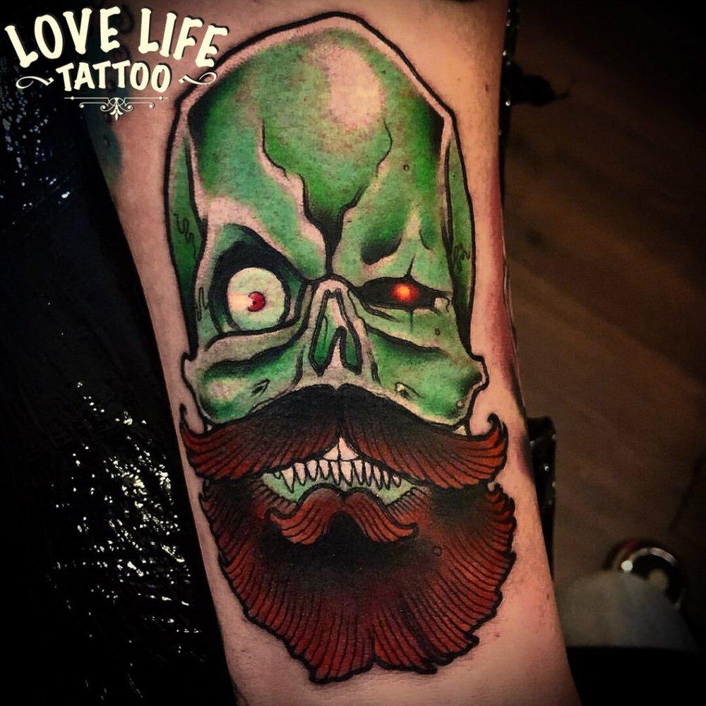 татуировка черепа с бородой