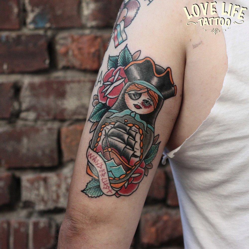 татуировка пиратской матрешки