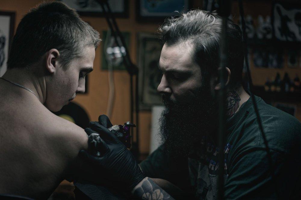 татуировщик Михаил за работой