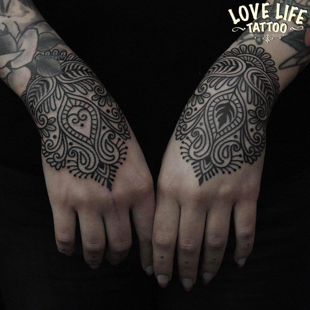 татуировка - узоры на кистях рук