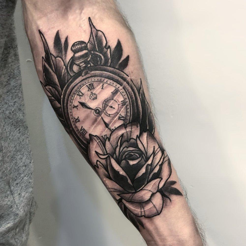 татуировка часов с цветком