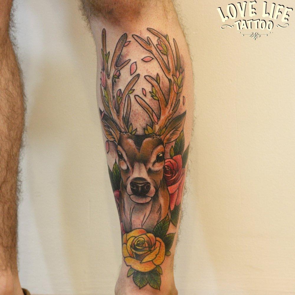 татуировка оленя на ноге