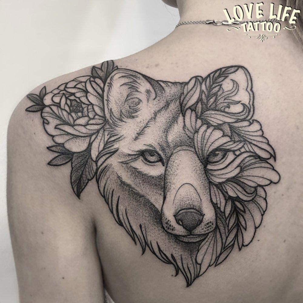 татуировка волка с цветком