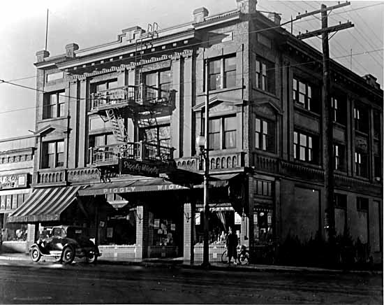 Piggly Wiggly Ltd. and Crescent Court, Granville and West 14th, 1934, Photographer / Studio: Frank, Leonard Photo courtesy of VPL Archives