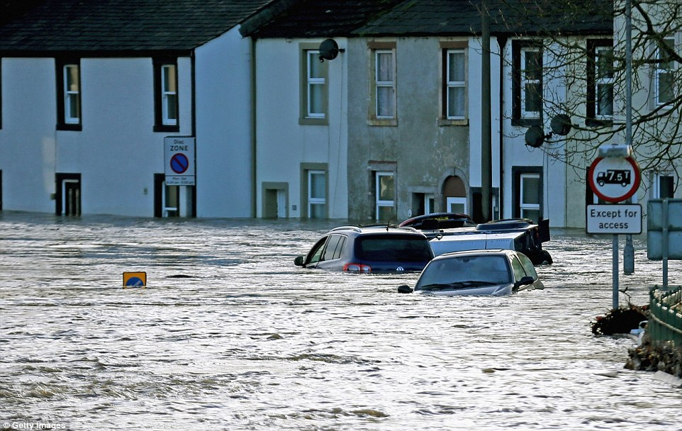 2F1CBD8700000578-3348001-Cars_sit_underwater_as_the_flooding_rises_up_to_windscreen_level-a-39_1449464031556.jpg