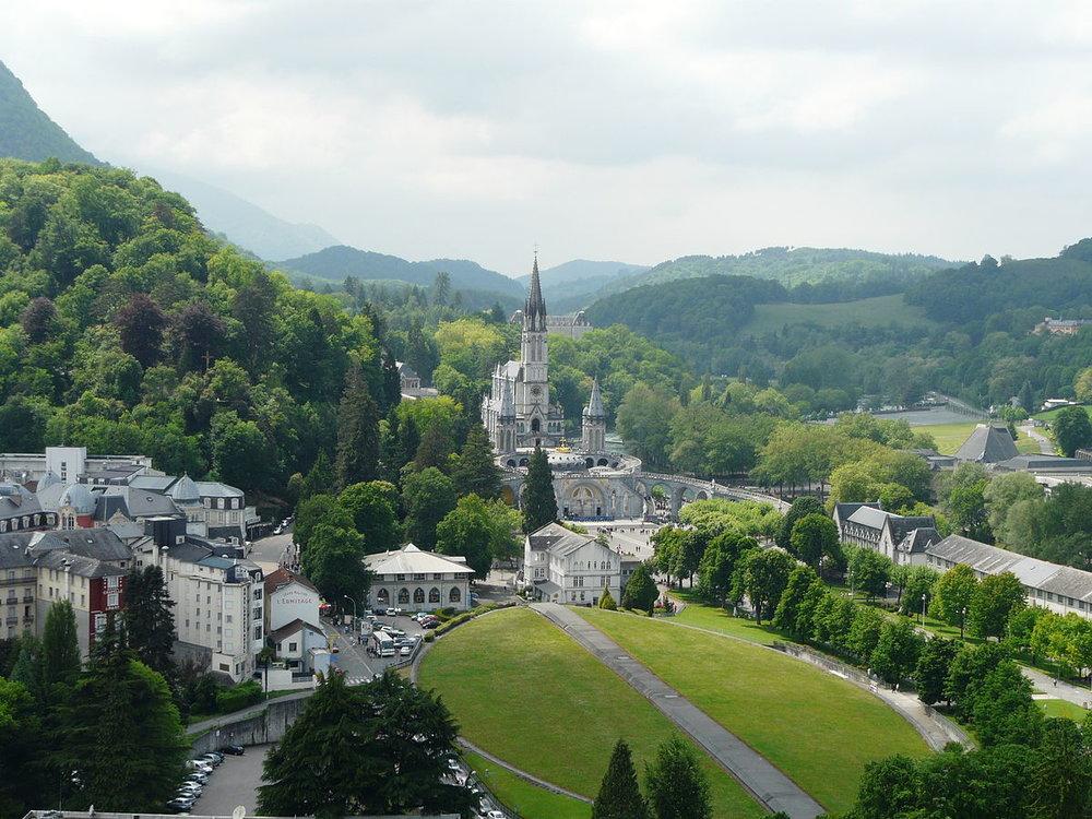 1200px-Lourdes_basilique_vue_depuis_château_(3).JPG