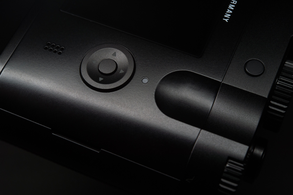 The rear thumb space, function button, speaker and controller on the Leica Q