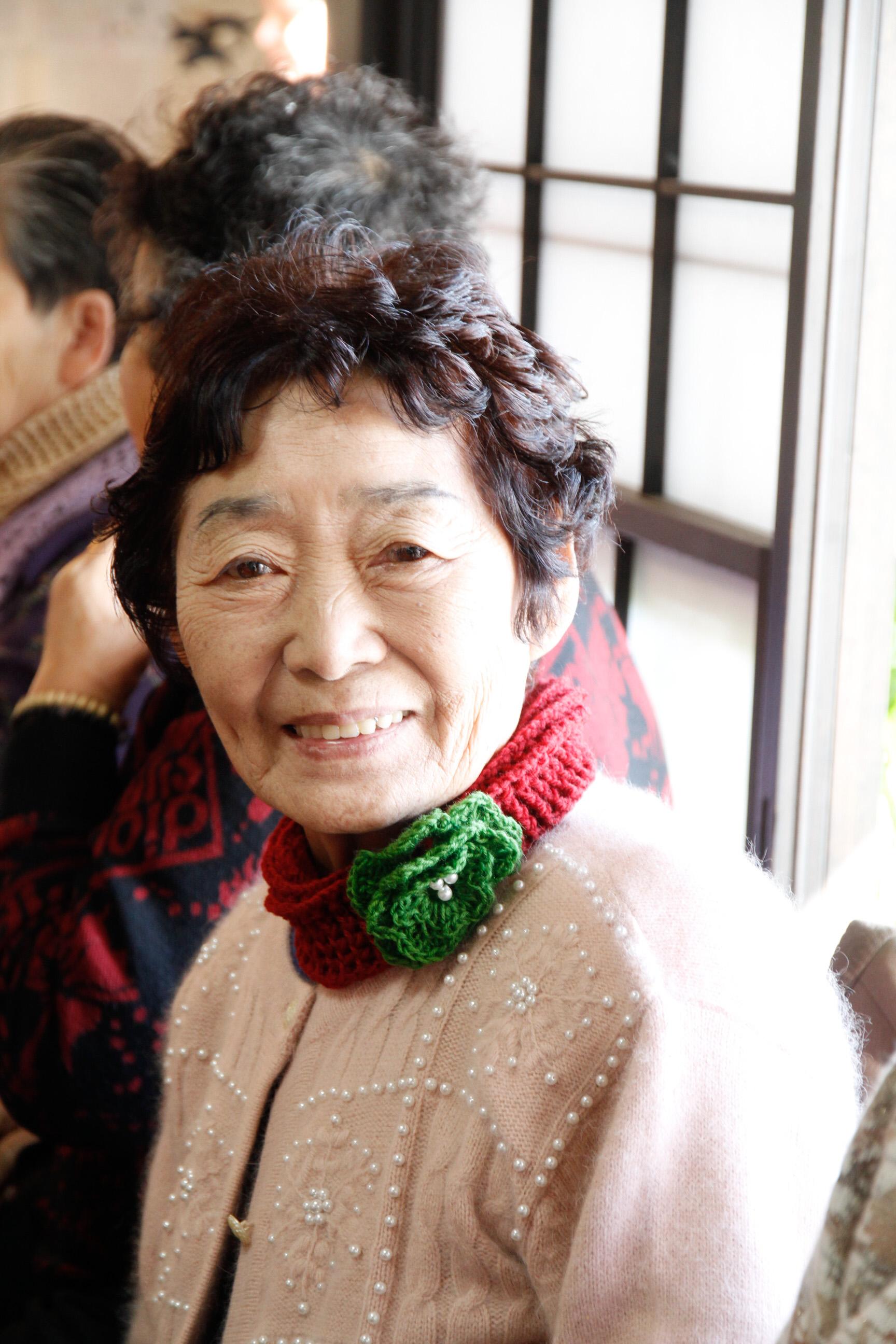 一人に一つずつヘアバンドとネクタイ Each lady received a Christmas headscarf/neck tie