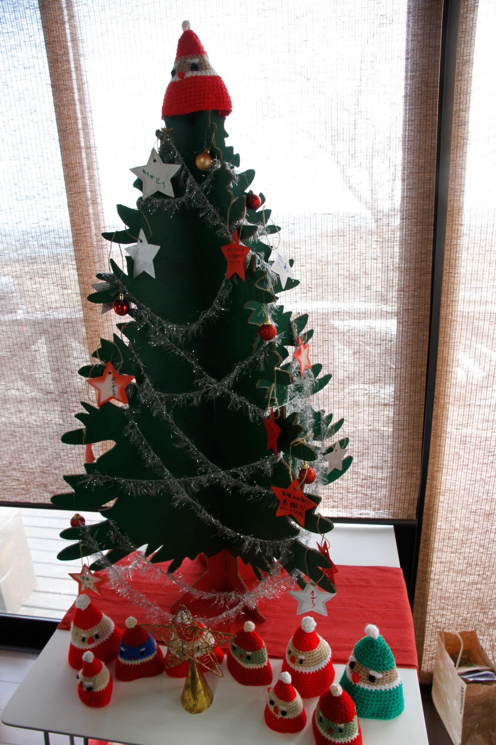 サンタさんたわしもクリスマスツリーの飾りに変身 We had a few Santa tawashi join our christmas tree!