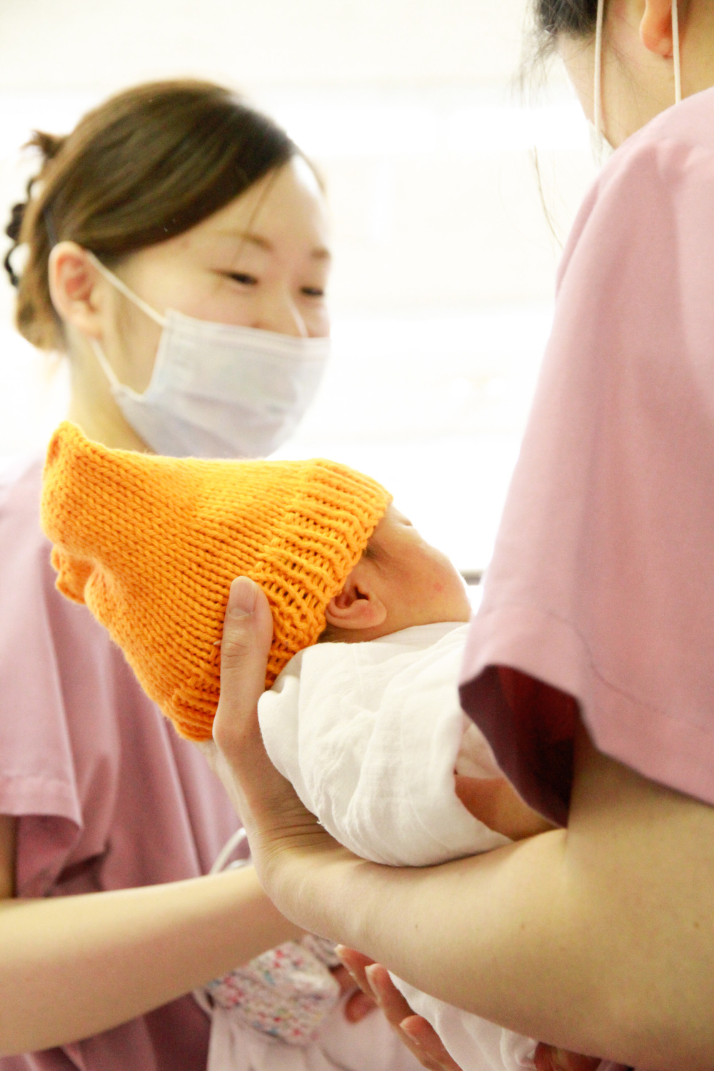 Delivering knitted items for babies at the Red Cross Hospital in Sendai   仙台市の日赤病院のNICU病棟の赤ちゃんたちに編んだ帽子などを届けたときの様子
