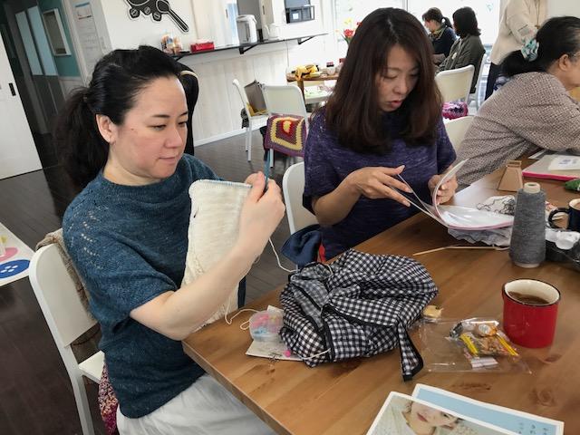 素敵なmichiyoさんと編み手のカプチーノさん。今回の部活、本当にありがとうございました。Lovely michiyo (left) with her knitter Cappuccino (right). Thank you so much for organizing this event!