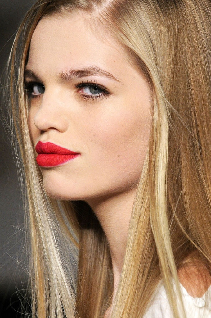 Daphne Groeneveld matte red lips