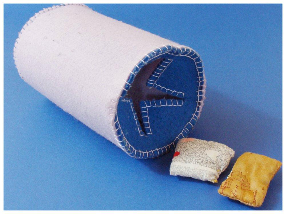 3 Manicotto in feltro cucito a mano con sacchettini tattili percorso uditivo.JPG