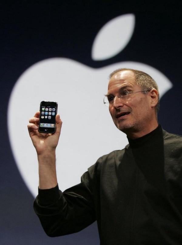 Steve Jobs apresentando ao mundo o primeiro iPhone no ano de 2007