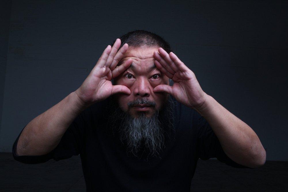 Ai Weiwei em um de seus mais icônicos retratos de registro.