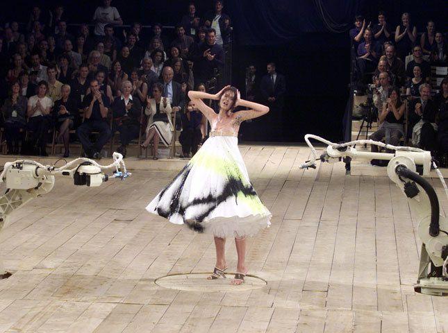 O final do desfile da Coleção primavera/verão de 1999 foi parte performance, parte show. Para McQueen, foi história da arte.