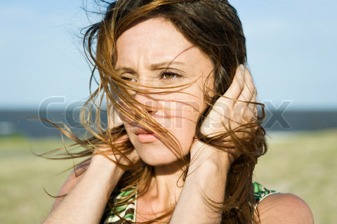 1632733-912524-eric-audras-altopress-maxppp-woman-standing-in-wind-hands-holding-hair-down-close-up.jpg