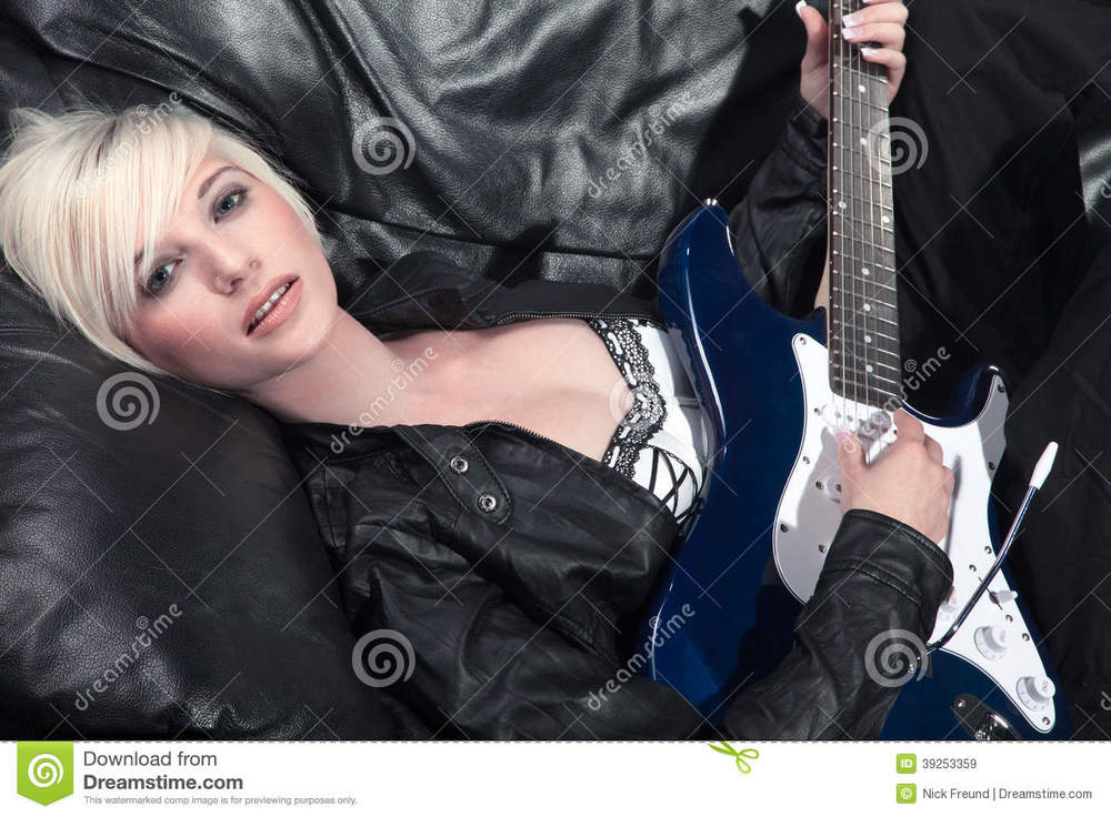 pretty-woman-guitar-couch-39253359.jpg