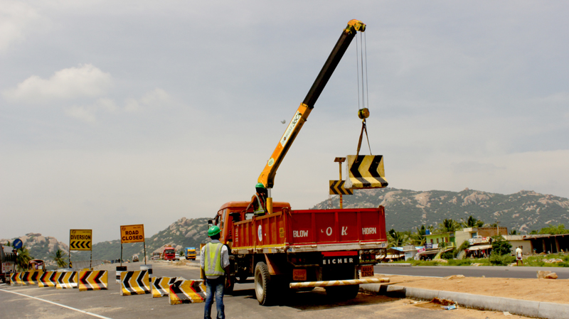 Truck Mounted Crane Road Project Larsen and Toubro Safey Diversion Signage India.jpg