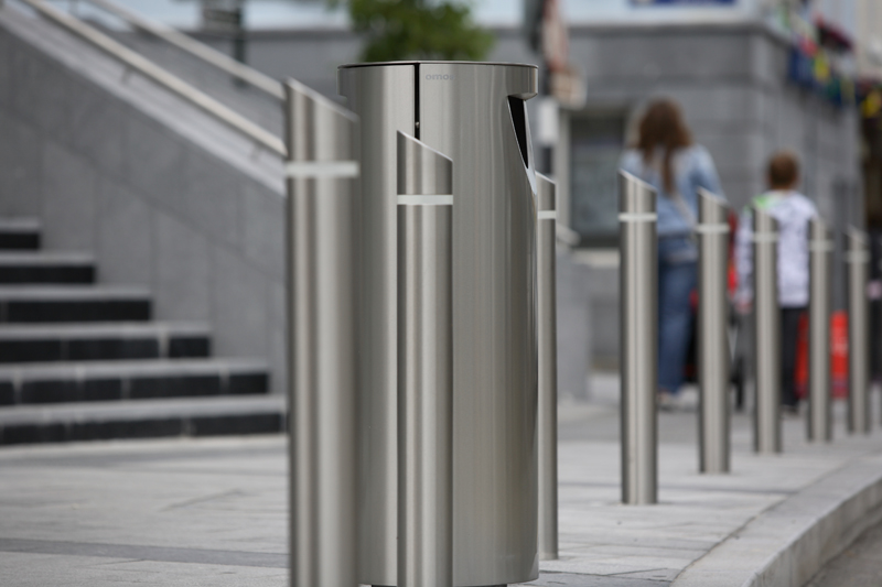 s23ss sloped top bollard with reflective band, s11.3 litterbin