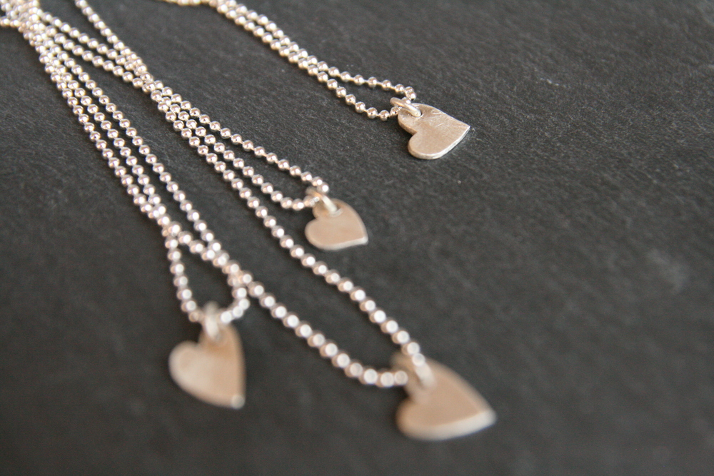 ENDLESS LOVE    Handgefertigtes  Silberherz mit Öse auf versilberter Kugelkette. Herz: ca. 7mm  (Größenunterschiede auf Grund von Handarbeit möglich), Kettenlänge: ca.  20,00cm.    BESTELLEN >>   29€