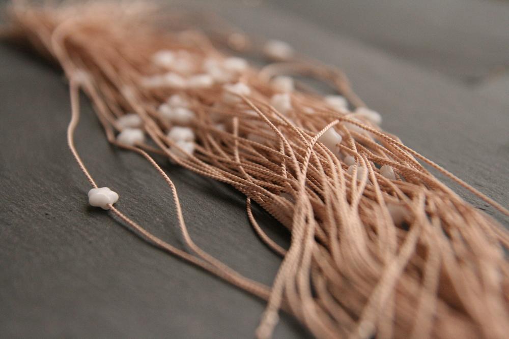 MILCHSTRAßE    Roséfarbige  Perlseide mit weißem Glasstern. Stern: ca. 6mm.   12€   BESTELLEN >>