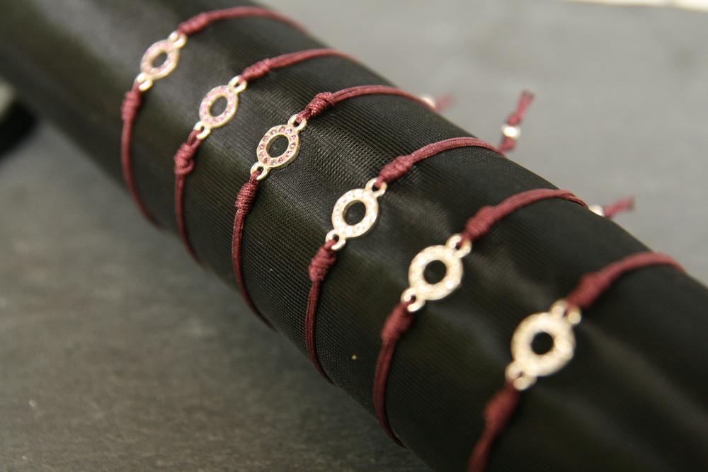 VERSPIELT  Armband mit Kreis aus Sterlingsilber und weißen oder lila Swarovskisteinen. Kreis: ca. 7,5mm; Erhältlich mit aubergine farbigem Band.   BESTELLEN >>   22€