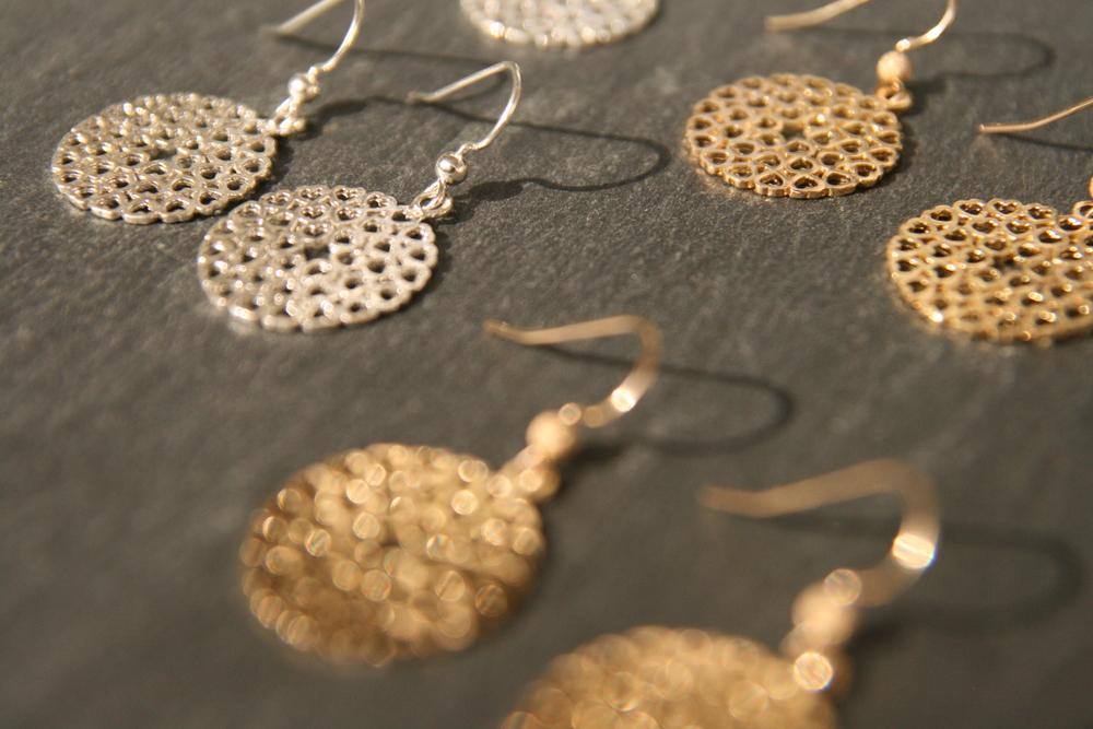 LITTLE HEARTS  Silberne oder vergoldete Ohrringe. Größe: 2cm Durchmesser   BESTELLEN >>   25€