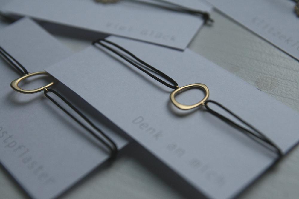 LITTLE GIVEAWAYS  Armband mit unterschiedlichen goldfarbigen Anhängern auf diversen Spruchkarten. Ideal zum Verschenken!  25€   BESTELLEN >>