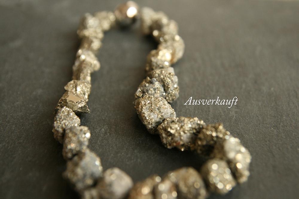 GOLDRAUSCH   Kette aus Pyritsteinen mit versilbertem Magentverschluss. Größe des Verschlusses: ca. 17mm, Kettenlänge: 20cm, Steine: ca. 10mm    BESTELLEN >>   85€