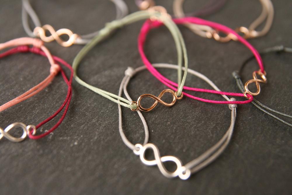 INFINITY  Zartes Armband mit versilberter oder rosé vergoldeter Infinity-Schleife mit verschiebbarem - individuell anpassbarem - Verschluss.   Verfügbare Farben des Bandes: siehe  >>HIER     28€   BESTELLEN >>