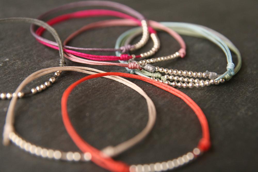HAPPINESS  Zartes Armband mit versilberten Perlen auf verschiebbarem - individuell anpassbarem - Verschluss.   Verfügbare Farben des Bandes: siehe  >>HIER     22€   BESTELLEN >>