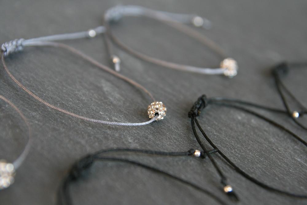 KUGELRUND  Armband mit Kristallkugel in silbrig und schwarz auf farbigem Band mit verschiebbarem - individuell anpassbarem - Verschluss. Kugel: ca. 5 mm; Band in den Kombinationen silbrig/dunkelgrau und schwarz/schwarz erhältlich.   BESTELLEN >>   20€