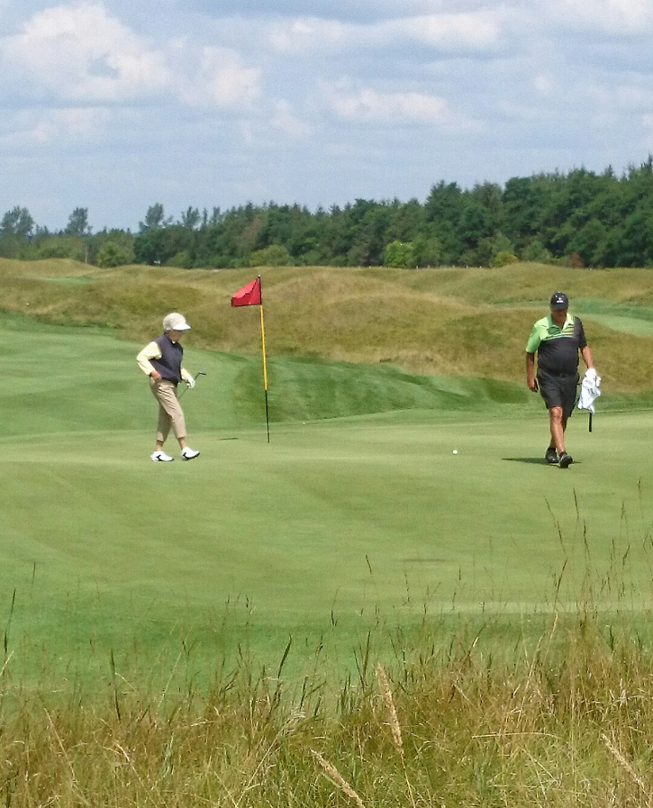 World Golf Hall of Fame honoree, Marlene Streit putting on Heathlands #8 by Scott Brook