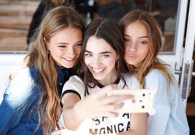 Model and blogger Shelby Hamilton (center) Image via: Daily Mail