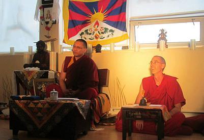 Guéshé Sangpo, Tenzin Tenpa lors de la conférence sur le mandala de sable à Saint-Lambert en juin 2013 (photo Centre       Centre Jampaling de Gatineau)
