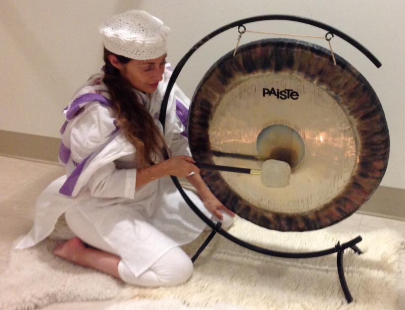sophie joue du gong 2.jpg