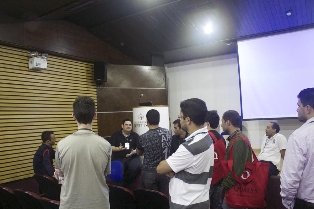 Participantes conversam com o palestrante Paulo Veloso